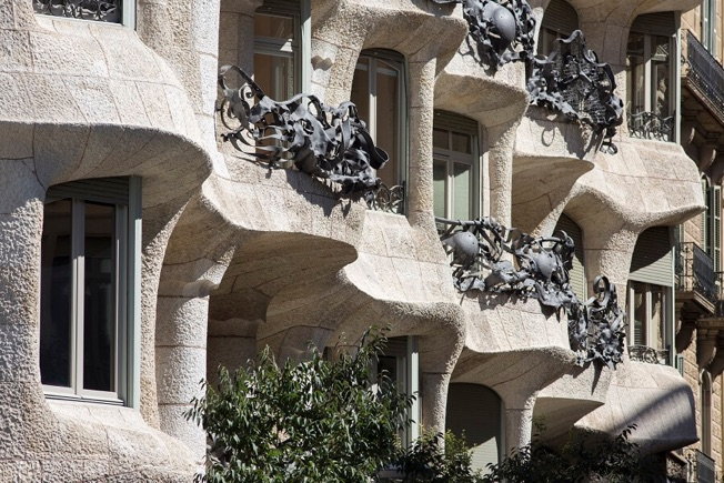visit pedrera night facade